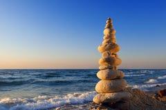 和谐和平衡的概念 在日落的岩石禅宗 平衡和 图库摄影