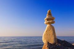 和谐和平衡的概念 在日落的岩石禅宗 库存图片