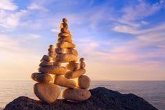 和谐和平衡的概念 在日落的岩石禅宗 图库摄影