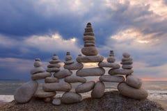 和谐和平衡的概念 在日落的岩石禅宗 免版税库存图片