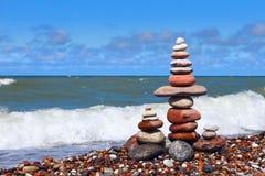 和谐和平衡的概念 在海附近的岩石禅宗 反对海的平衡和世故石头 库存照片