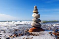 和谐和平衡的概念 在海附近的岩石禅宗 库存图片
