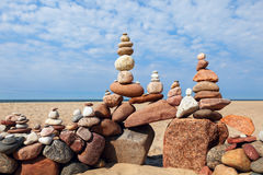 和谐和平衡的概念 在海滩的岩石禅宗 库存图片