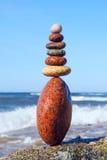 和谐和平衡的概念 在风暴背景的岩石禅宗 免版税库存图片