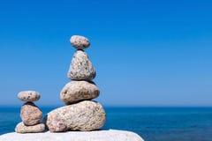 和谐和平衡的概念 在su的背景的岩石禅宗 库存图片