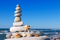 和谐和平衡的概念 贝壳岩石禅宗在backg的 免版税库存照片