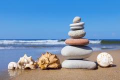 和谐和平衡的概念 岩石禅宗和贝壳 免版税库存照片