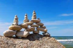 和谐和平衡的概念 晃动在夏天海背景的禅宗  免版税库存图片