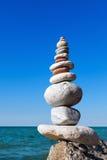 和谐和平衡的概念 晃动在夏天海背景的禅宗  免版税库存照片
