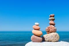 和谐和平衡的概念 晃动在夏天海背景的禅宗  库存图片