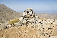 和谐和平衡,反对蓝天在山,岩石禅宗雕塑的世故石头 免版税库存图片