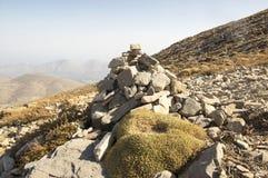 和谐和平衡,反对蓝天在山,岩石禅宗雕塑的世故石头 免版税库存照片