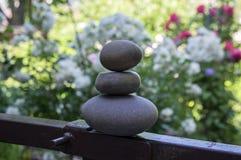 和谐和平衡,石标,简单的世故石头在庭院,岩石禅宗雕塑,深灰小卵石里 免版税库存照片