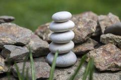 和谐和平衡,简单的小卵石在另一个小卵石,朴素,五块石头耸立 免版税库存照片