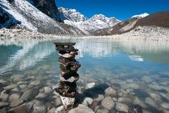 和谐和平衡:石头和神圣的湖在Gokyo附近 图库摄影