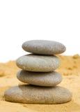 和谐的沙子和在纯简单的岩石和平衡 免版税库存图片