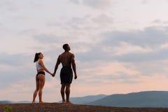 和谐的片刻 愉快的有握手的非裔美国人的bodybuilde的混合的族种夫妇athlethic白种人妇女和 免版税图库摄影