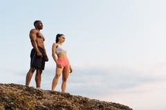 和谐的片刻 愉快的混合的族种夫妇athlethic白种人女子和非裔美国人爱好健美者实践的瑜伽 库存照片