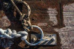 绳索和链子在船坞 库存图片