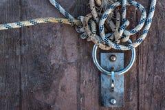 绳索和链子在船坞 免版税库存照片