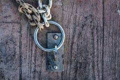 绳索和链子在船坞 免版税库存图片