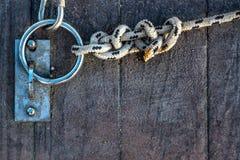 绳索和链子在船坞 图库摄影