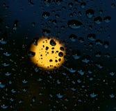 水和雨在玻璃和满月,抽象看法,雨水滴在背景中滴下在蓝色玻璃背景/下落o的 图库摄影