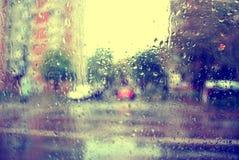 水和雨在玻璃,抽象看法滴下 库存图片