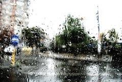 水和雨在玻璃,抽象看法滴下 免版税库存图片