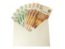 1000和5000卢布的俄国衡量单位在信封的 库存图片