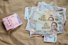 1000和100泰国钞票堆 库存图片