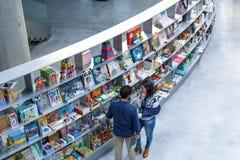 读和购物在Isla de la Cartuja的新的文化中心的人们 塞维利亚西班牙 免版税库存图片