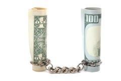 $ 100和$ 1硬币和链子在白色背景 库存照片