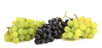 黑和绿色成熟葡萄。 库存照片