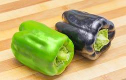 黑和绿色甜椒 库存图片