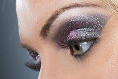 黑和紫色闪光smokey眼睛特写镜头  免版税库存图片