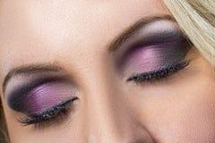 黑和紫色smokey眼睛特写镜头  免版税库存照片
