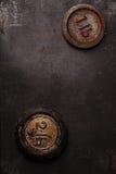 1和2 lb磅葡萄酒在金属背景的铁重量 免版税库存照片
