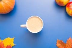 咖啡、叶子和南瓜 免版税库存照片