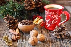咖啡、咖啡豆和新年装饰 库存图片