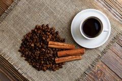 咖啡、咖啡豆和桂香 库存图片