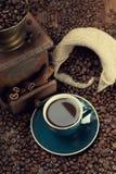 咖啡、咖啡豆和研磨机 免版税库存照片