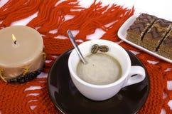咖啡、咖啡豆和蜡烛 免版税库存照片