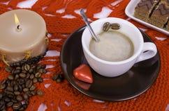 咖啡、咖啡豆和蜡烛 免版税图库摄影