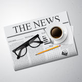 咖啡、报纸和玻璃 免版税库存照片
