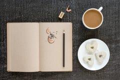 咖啡、日志、铅笔和心形的曲奇饼 免版税库存照片