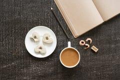 咖啡、日志、铅笔和心形的曲奇饼 库存图片