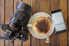 咖啡、智能手机和照相机 库存图片