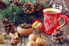 咖啡、杉木锥体和新年树装饰 被定调子的i 免版税库存照片