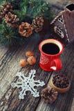 咖啡、杉木锥体和新年树装饰 免版税库存图片